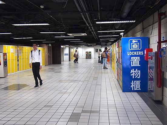 台北駅のコインロッカー。大きいところだとこれくらいの規模である