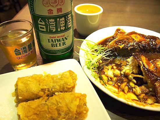 台湾めし。何か魚の頭が甘辛く煮込まれていて意気消沈